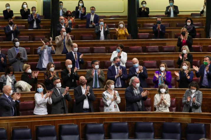 Spanish lawmakers clapping the ratification of the bill - Kiko Huesca / Shutterstock